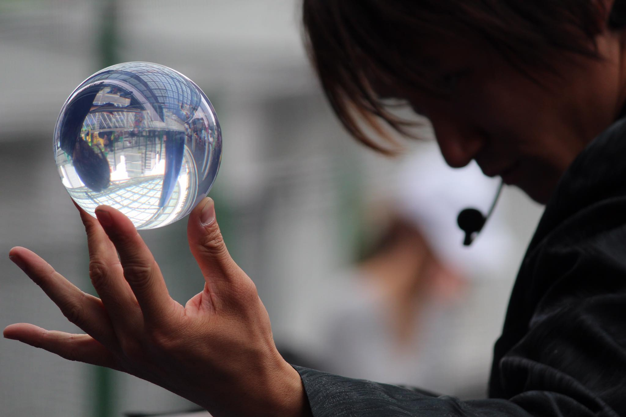関西(大阪)のマジシャン大道芸人Entertainer MIKIYAが水晶玉をかっこよく持っている