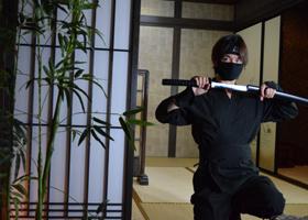 関西(大阪)のマジシャン大道芸人MIKIYAの忍者姿。和風のパフォーマンスも行っている。