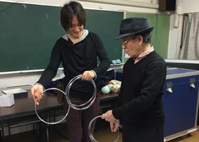 関西(大阪)のマジシャン大道芸人がチャイナリングを教える様子。