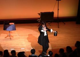 大阪府立大型児童館ビッグバンにて関西のマジシャン大道芸人MIKIYAがマイザーズドリーム(コインがどんどん出現するマジック)を行っている様子。