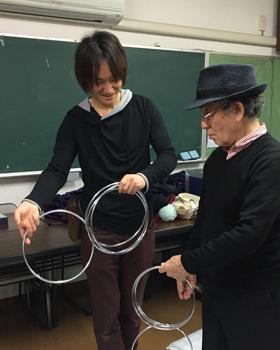 関西(大阪)のマジシャン大道芸人MIKIYAによるマジック教室の様子。チャイナリングのレクチャーを行っている。