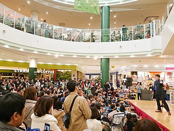 リーフウォーク稲沢にて関西(大阪)のマジシャン大道芸人MIKIYAが圧倒的な実力でお客様を集める。ショッピングモールでの集客力は非常に高いと定評がある。