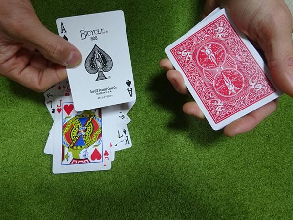 関西(大阪)のマジシャン大道芸人MIKIYAによるクロースアップマジック(テーブルマジック)。カードマジックをはじめとして様々なものがある。