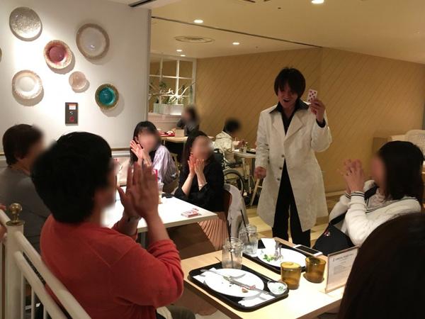 関西(大阪)のマジシャン大道芸人MIKIYAによるテーブルホッピング。梅田の阪急三番街にあるウメダフードホールにて出張パフォーマンスをおこなっている様子。