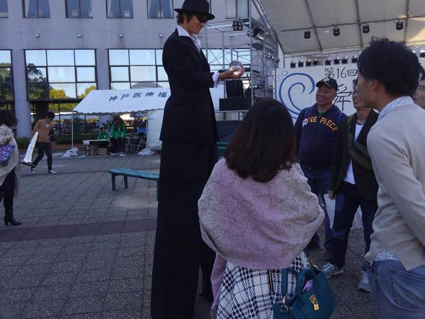 関西(大阪)のマジシャン大道芸人MIKIYAによる回遊パフォーマンス。大学の学園祭にてスティルト(足長)を使ったグリーティング、ロービング。