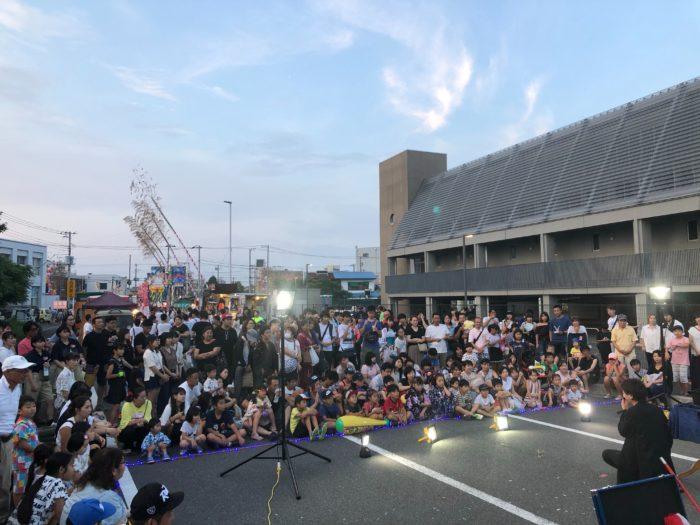 関西(大阪)のマジシャン大道芸人Entertainer MIKIYAが茂原七夕祭りで大道芸をしている様子。たくさんの観客に囲まれて、マジックやジャグリングを披露している。