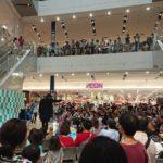 イオンモール大和郡山で大阪のマジシャン大道芸人Entertainer MIKIYAがチャイナリングを行っている。3階まで埋め尽くすほどの集客力で、たくさんの観客がマジックに見入っている。