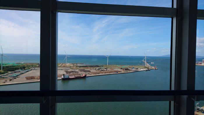 ポートタワー・セリオン展望台からの眺め。あきた港に風力発電機が並んでいる。