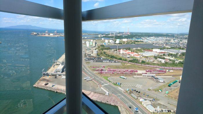 ポートタワーセリオン(道の駅あきた港)展望台からの眺め。日本海。
