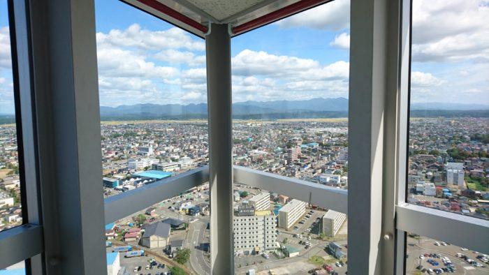 ポートタワーセリオン(道の駅あきた港)展望台からの眺め。秋田市内。