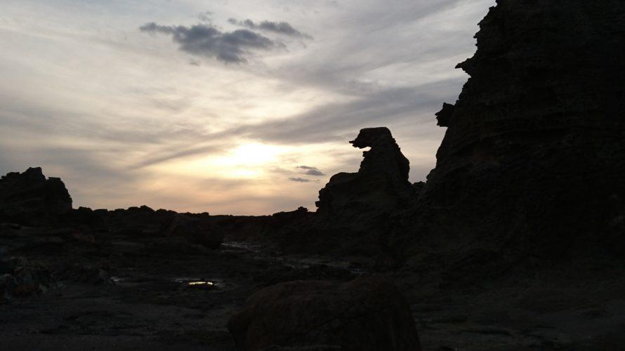 男鹿半島のゴジラ岩。秋の夕方9月20日17:05に撮影。ゴジラが火を吹いているような感じ。マジックアワーに薄く雲がかかっていて美しい。
