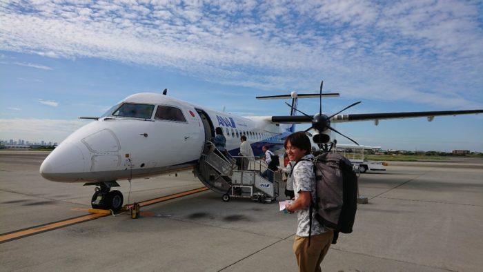 伊丹空港から秋田空港に向かうANAの飛行機(プロペラ機)。秋の空(うろこ雲、巻積雲)も美しい。