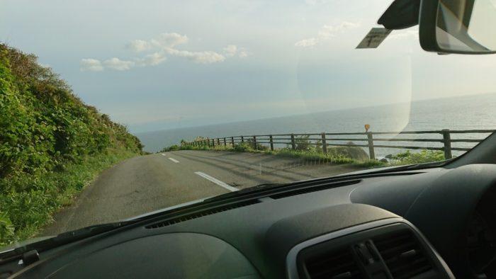 男鹿半島海岸沿いの道をドライブ中の車内から撮影