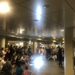 札幌地下歩行空間での大道芸。関西(大阪)のマジシャン大道芸人Entertainer MIKIYAによるマジックショーと水晶玉パフォーマンス(コンタクトジャグリング)。