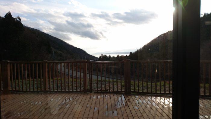 湖西道路の道の駅マキノ追坂峠の食事処から眺めた景色。琵琶湖や周辺の山が見えます。