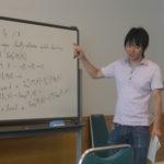関西(大阪)のマジシャン(大道芸人)MIKIYAの学生時代の数学の研究集会での発表の様子